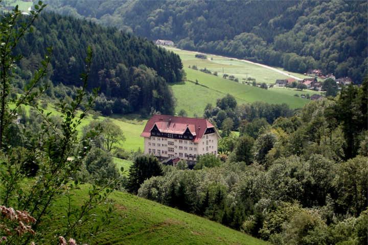 """Die """"Schwarzwaldklinik"""" bei Freiburg."""